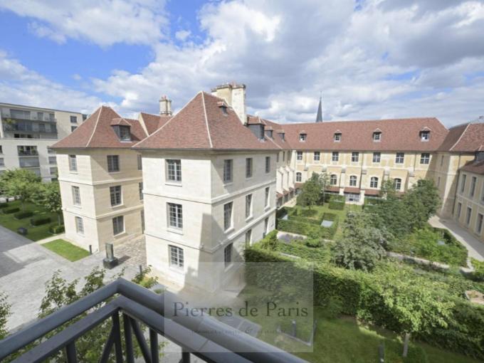 Grand appartement rue Vaneau