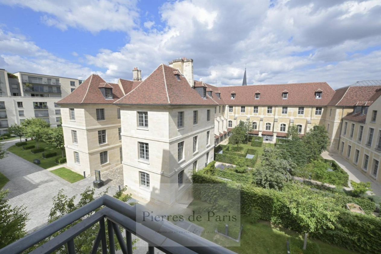 Grand appartement rue Vaneau